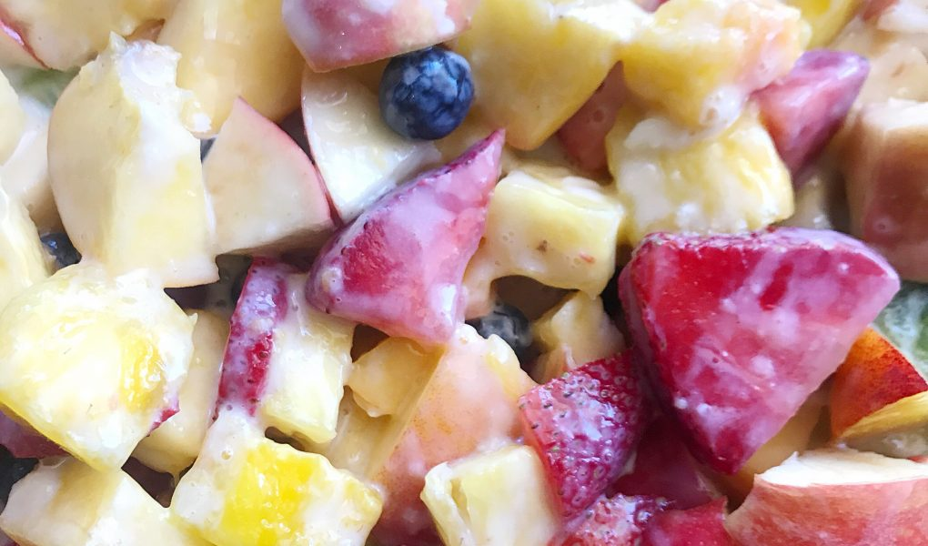 This is the best creamy fruit salad recipe. Using ingredients you have right in your house! #fruitsalad #homemaderecipes #simplerecipes #madeitateitlovedit